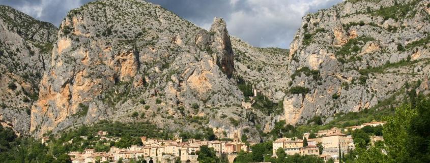 Het dorp Moustiers Sainte-Marie in de Provence in Frankrijk