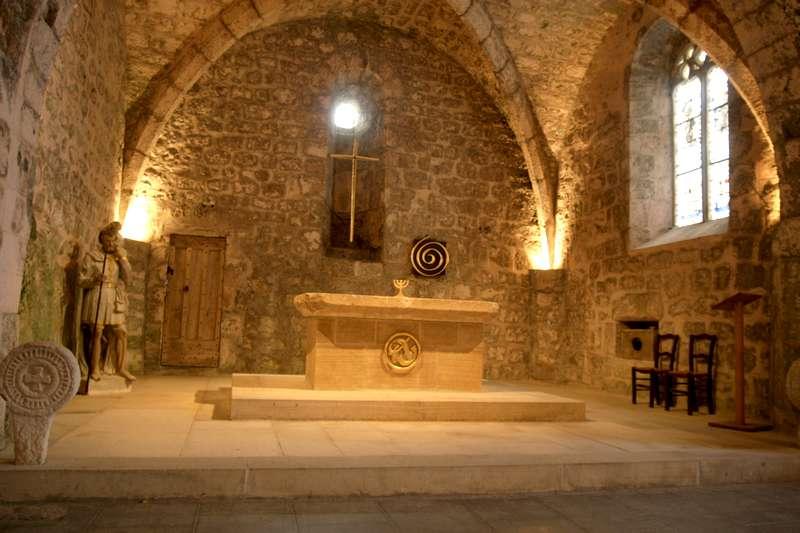 La-Couvertoirade-Aveyron-beaux-village-kerk-interieur