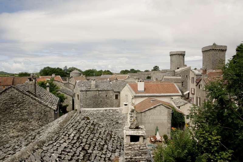 La-Couvertoirade-Aveyron-beaux-village-straatje-muren-vanaf-kerk