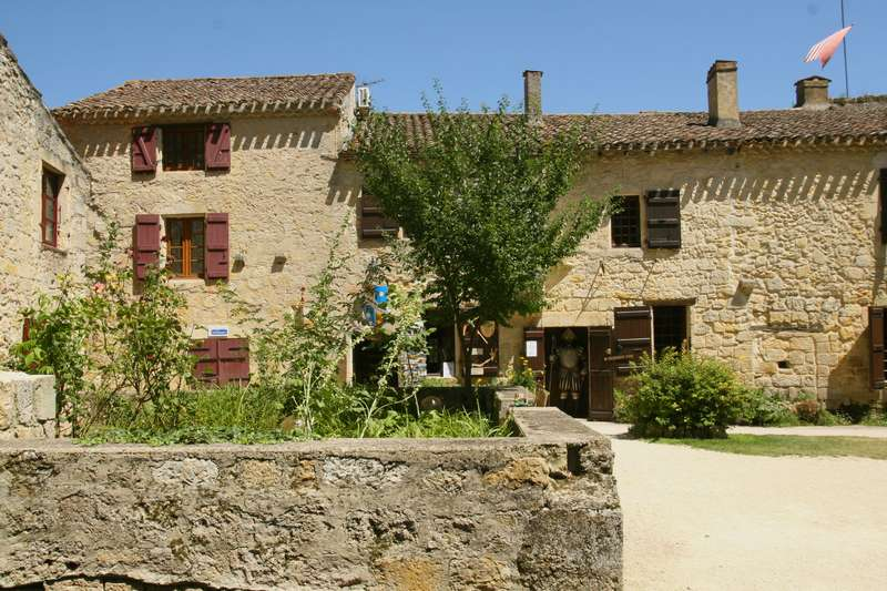 Larressingle-beaux-village-armagnac-plein-winkeltje