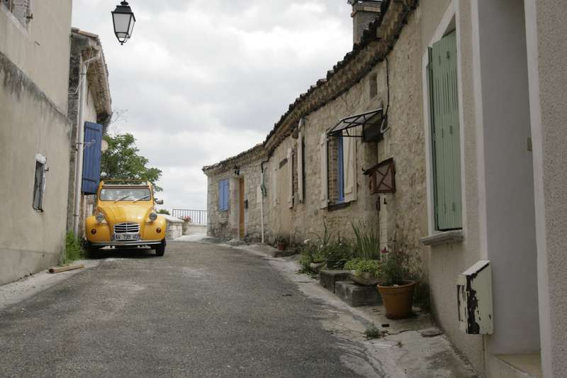 Lauzerte-tarn-et-garonne-straatje-2cv