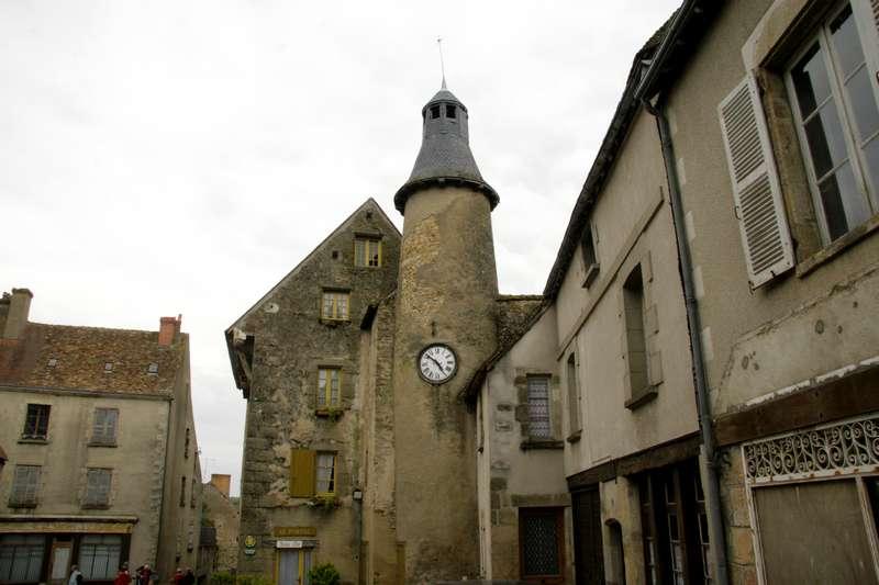 Saint-benoit-du-sault-indre-centre-plus-beaux-village-pleintje-met-toren1