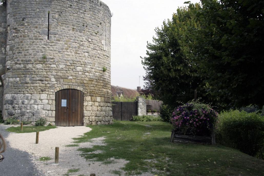 Yèvre-le-Châtel poort