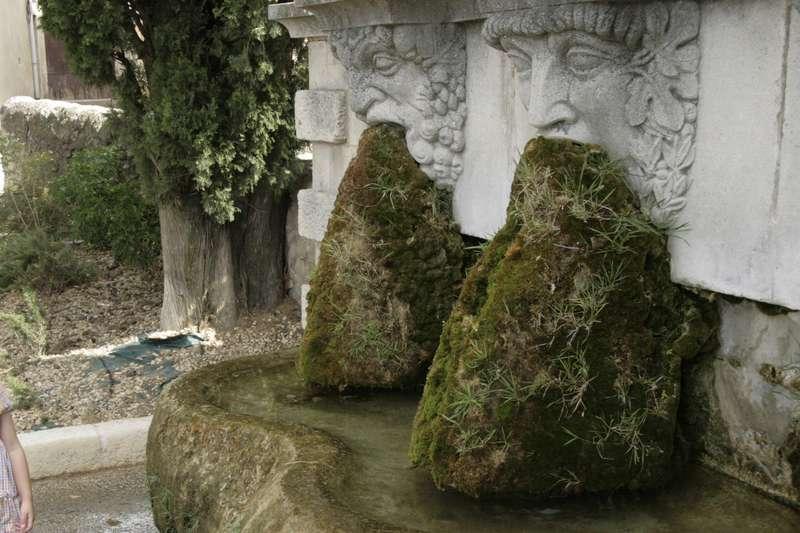 Lourmarin-frankrijk-provence-vaucluse-mooi-dorp-fontijn-met-baarden