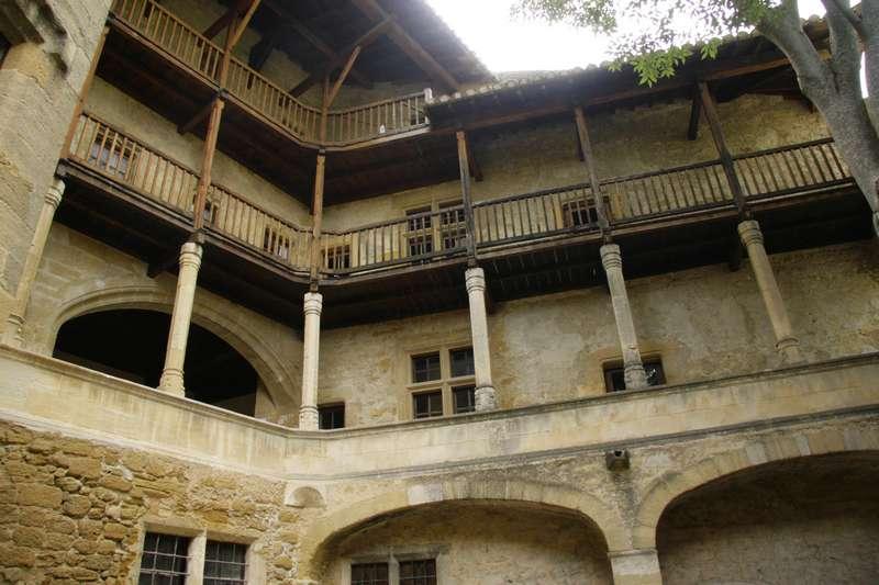 Lourmarin-frankrijk-provence-vaucluse-mooi-dorp-kasteel-binnenplaats