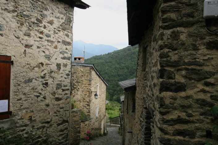 Straatje in Evol, een Frans dorpje in de westelijk Pyreneeën