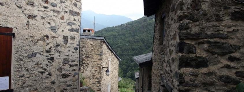 Uitzicht vanaf een straatje in Evol een mooi dorp in Frankrijk