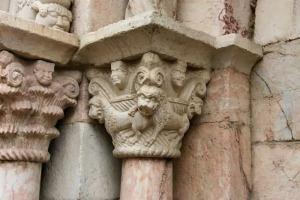 Kapiteel met fantasiefiguur naast de ingang van de kerk van Villefrance de Conflent