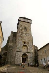 De toren van de kathedraal van Saint Bertrand de Comminges in Frankrijk