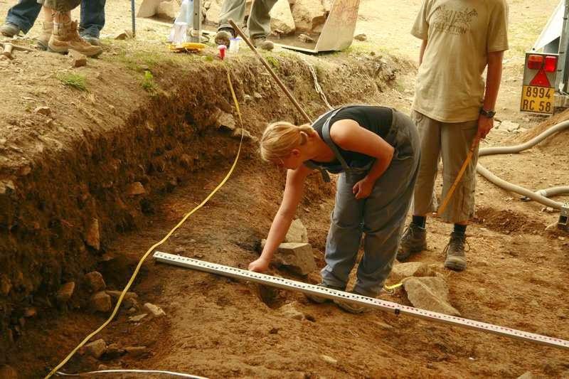 Archeologe aan het werk met opgraven op Mont Beuvray in Bourgondië Frankrijk