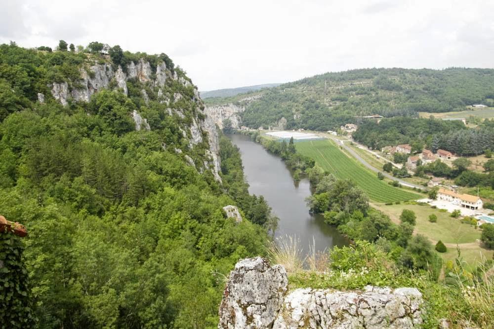 De rivier De Lot bij Saint Cirque Lapopie in het zuidwesten van Frankrijk