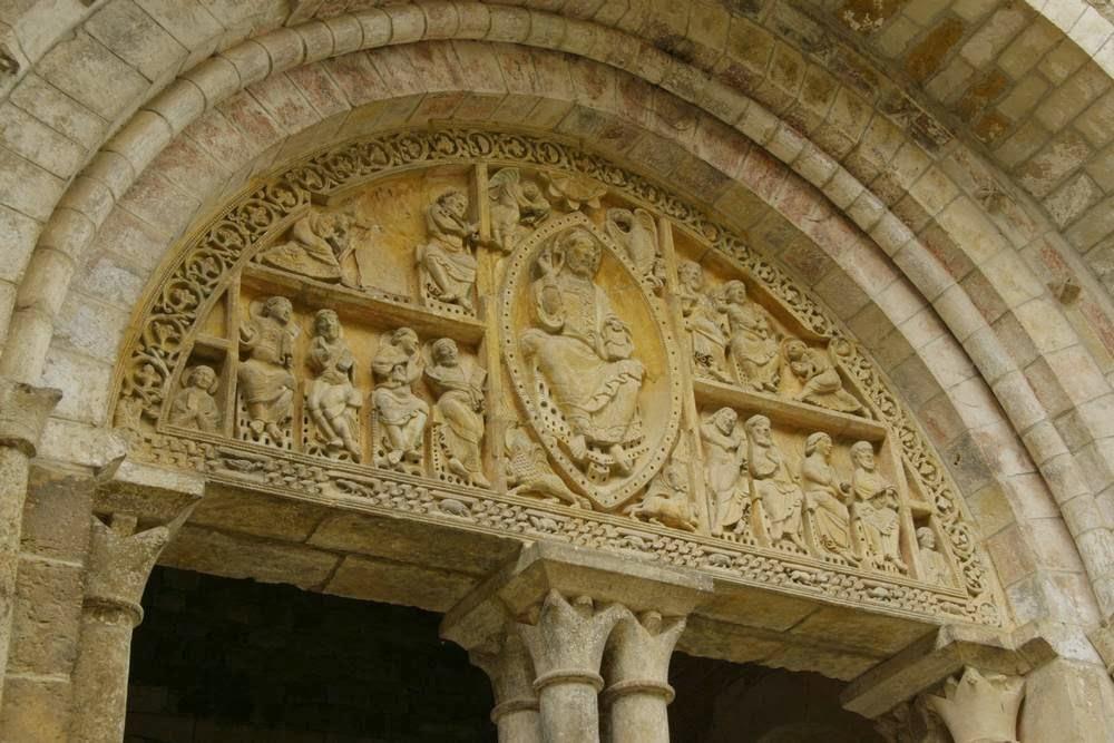 Romaans Timpaan van de kerk van Carennac aan de Dordogne, Frankrijk