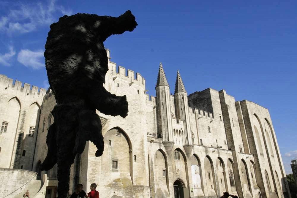 Paleis van de paus in Avignon met een olifant ervoor