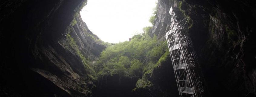 De schacht van de grot van Padirac in Frankrijk bij de Dordogne