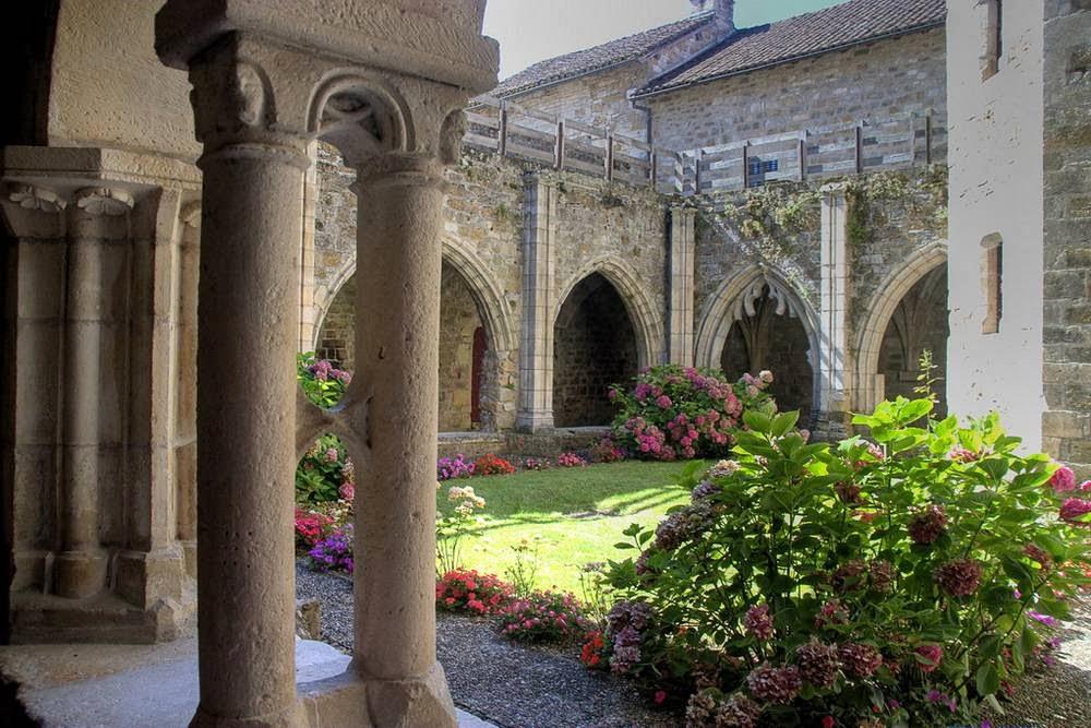 Het kloosterhof van Carennac aan de Dordogne in Frankrijk