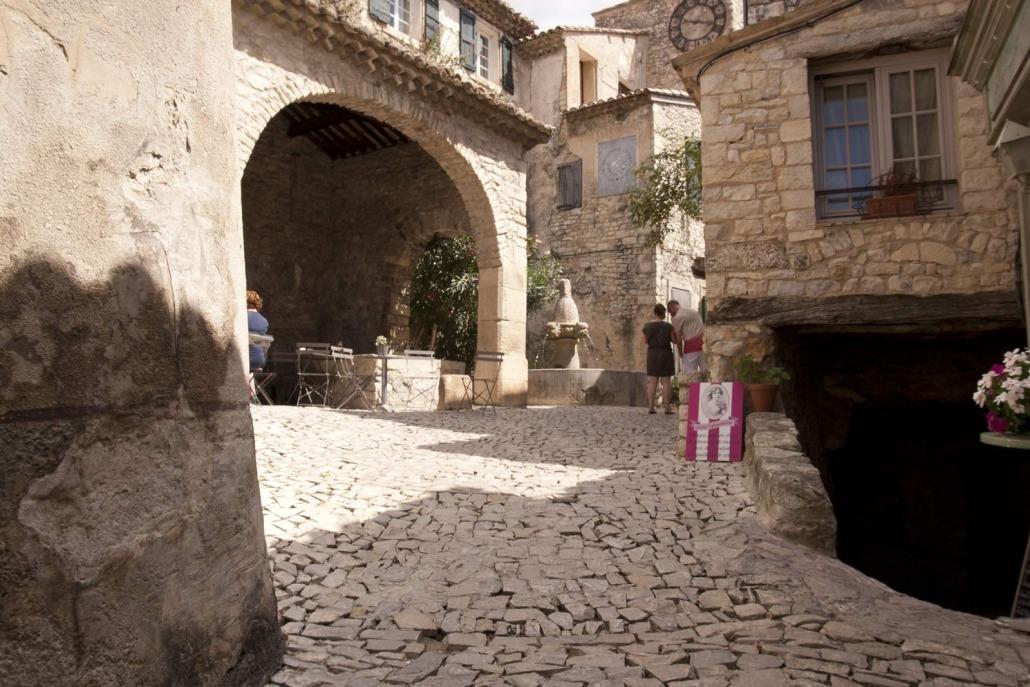 Pleintje met terras en fontein in Seguret in de Vaucluse