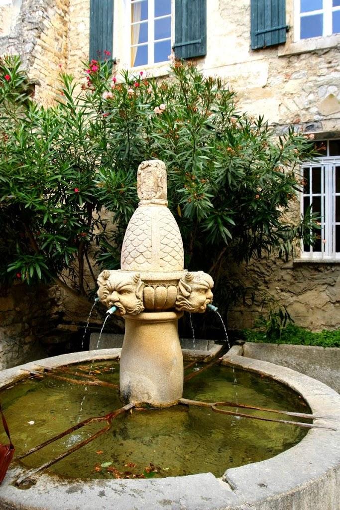 Fontaine des Mascarons in het dorp Séguret, Provence Frankrijk