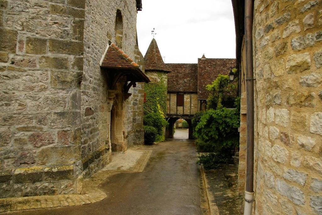 Straatje en poort in Loubressac aan de Dordogne