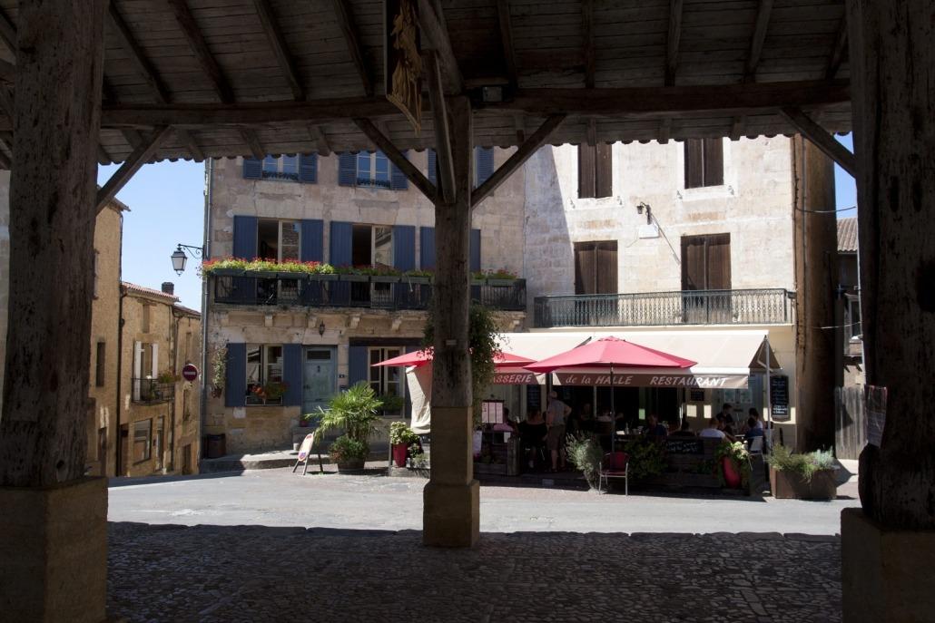 Houten markthal op een plein in Belvès bij de Dordogne in Frankrijk