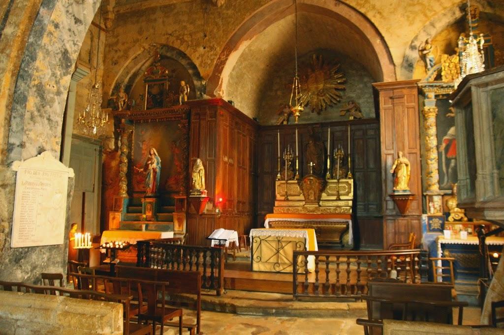 Het interieur van het kerkje in Ansouis, Frankrijk