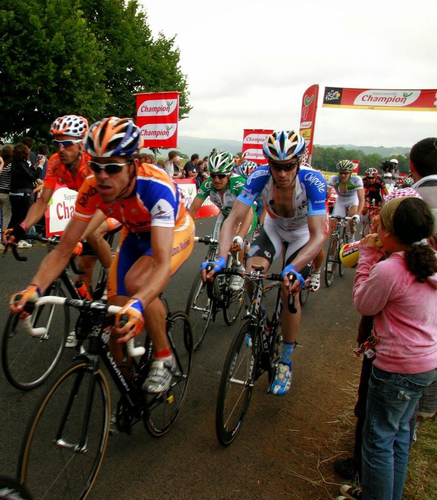 Wielrenners tijdens de Tour de France in de Auvergne bij Aurillac