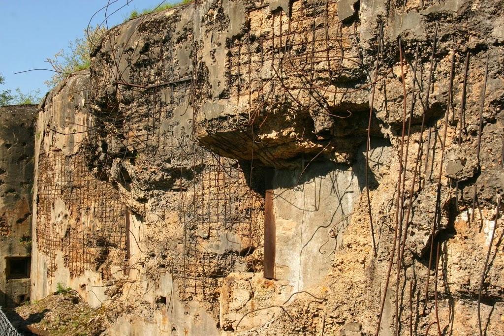 Schade aan het beton van het fort Hackenberg in Frankrijk