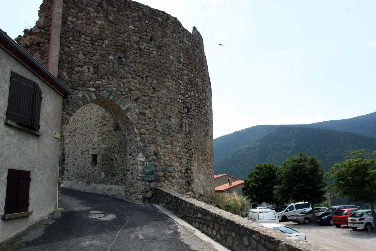 Poort van het kasteel in Mosset, een dorp in het zuiden van Frankrijk