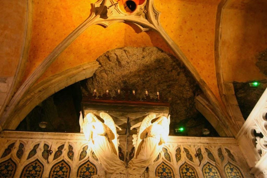 De Chapelle Notre Dame is half uit de rots gehakt en dat kan je binnen goed zien.