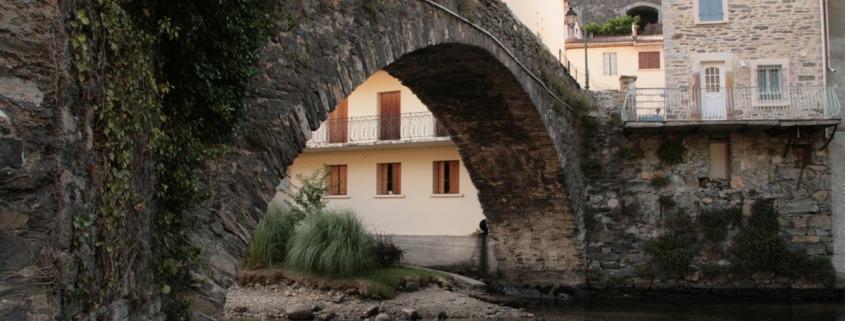 Brug in het dorp Axat in de Pyreneeën, Frankrijk. Foto onder cc Gustavo Maximo
