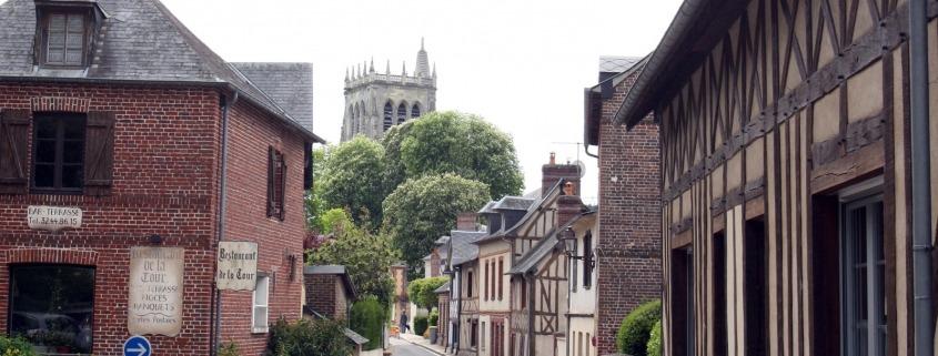 Straatje inhet dorp Le-Bec-Hellouin in Normandie