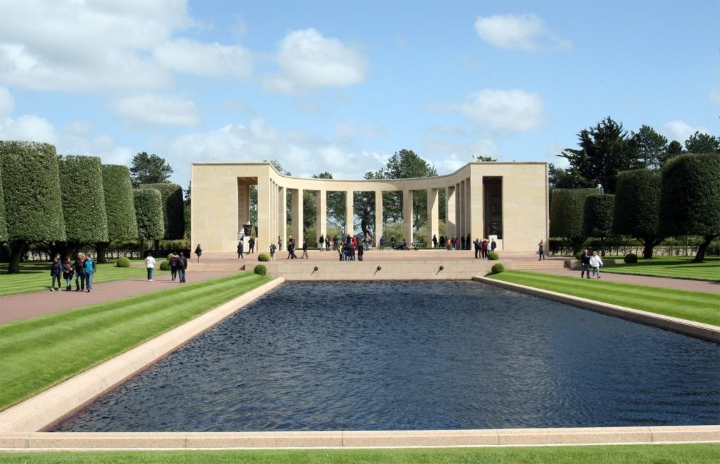 Monument op de Amerikaanse militaite ere begraafplaats bij Omaha Beach in Normandië Frankrijk