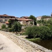 Het dorp Lavaudieu gezien vanaf de oude brug over de Sénouire