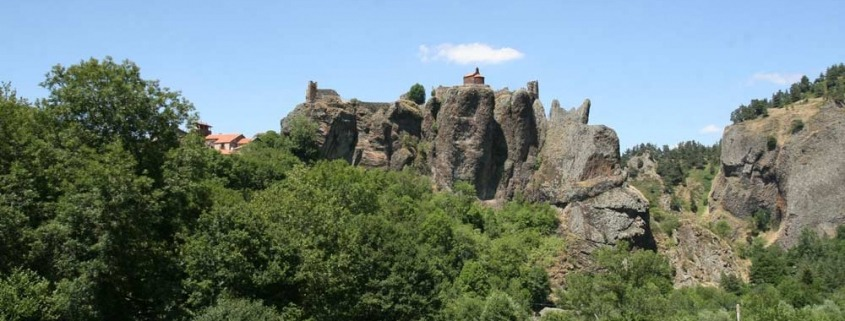 Arlempdes-auvergne-loire-dorp-kasteel-ver-wegfrankrijk-rots
