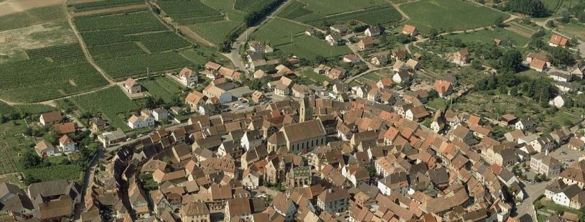 Eguisheim-elzas-dorp-frankrijk-wijngaarden-kerkje--Atout-France-Daniel-Philippe-1200