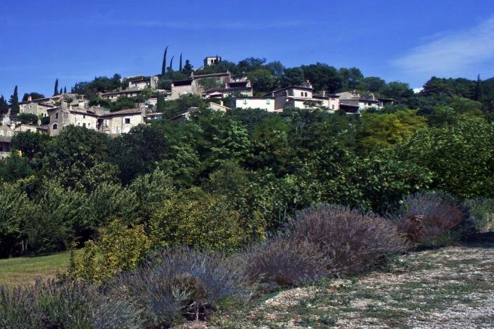 Mirmande-drome-heuvel-dorp-frankrijk-By-Morburre-via-Wikimedia-Commons