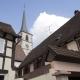 Huis met daarachter de kerk van het dorp Mittelbergheim in de Elzas Frankrijk