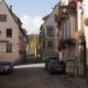 Straatje met een winestub in het dorp Mittelbergheim in de Elzas