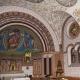 De binnenkant van de kapel in Eguisheim in de Elzas is helemaal gekleurd