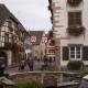 Het kleine pleintje in het dorp Eguisheim in de Franse streek de Elzas