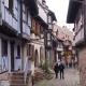 Het straat dat helemaal rond het centrum loopt van Eguisheim Frankrijk