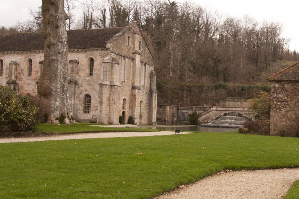 De smederij bij het klooster van Fontenay met daarnaast een waterval