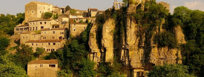Het dorp Balazuc aan de Ardèche in Frankrijk