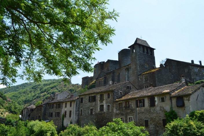 Het dorp Brousse-le-Château in de Aveyron