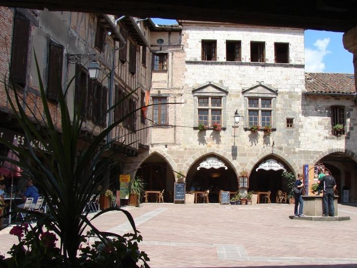 Castelnau-de-Montmiral-dorp-tarn-frankrijk-doorkijkje-plein-met-put2