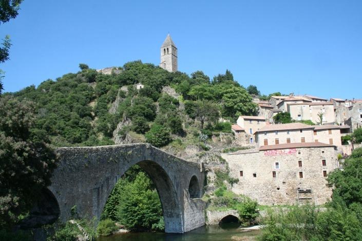 Het dorp Olargues in de Herault in het zuiden van Frankrijk