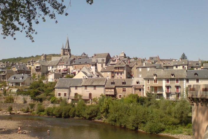 Saint-Côme-d'Olt-uitzicht-op-het-dorp-vanaf-de-rivier-HAF-932-via-Wikimedia-Commons