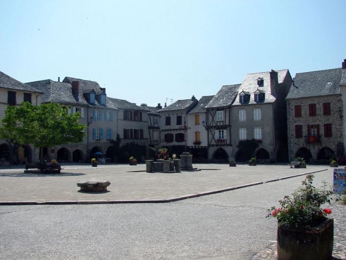 Plein in Sauveterre-de-Rouergue in de Aveyron