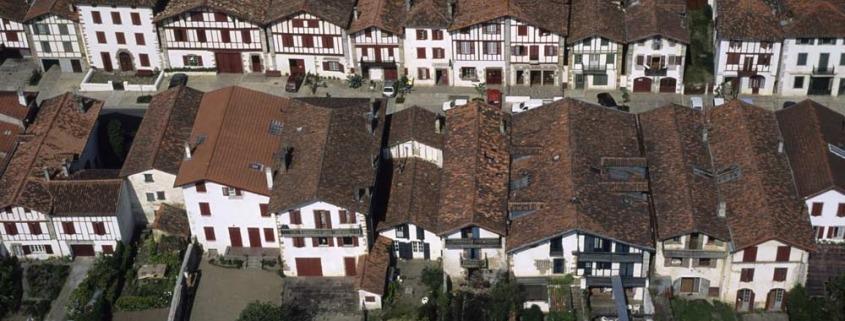 ainhoa-baskenland-frankrijk-dorp-cc-arka-oleg-lucht