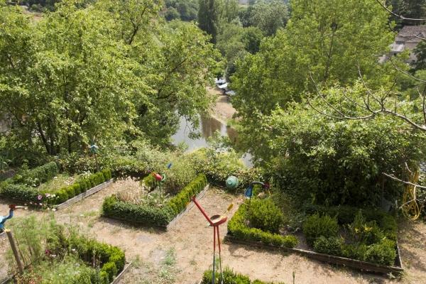 Een mooie tuin in het dorp Belcastel in het zuiden van Frankrijk