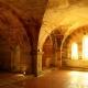 De crypte met middeleeuwse fresco's van de kerk in Gargilesse-Dampierre in Frankrijk